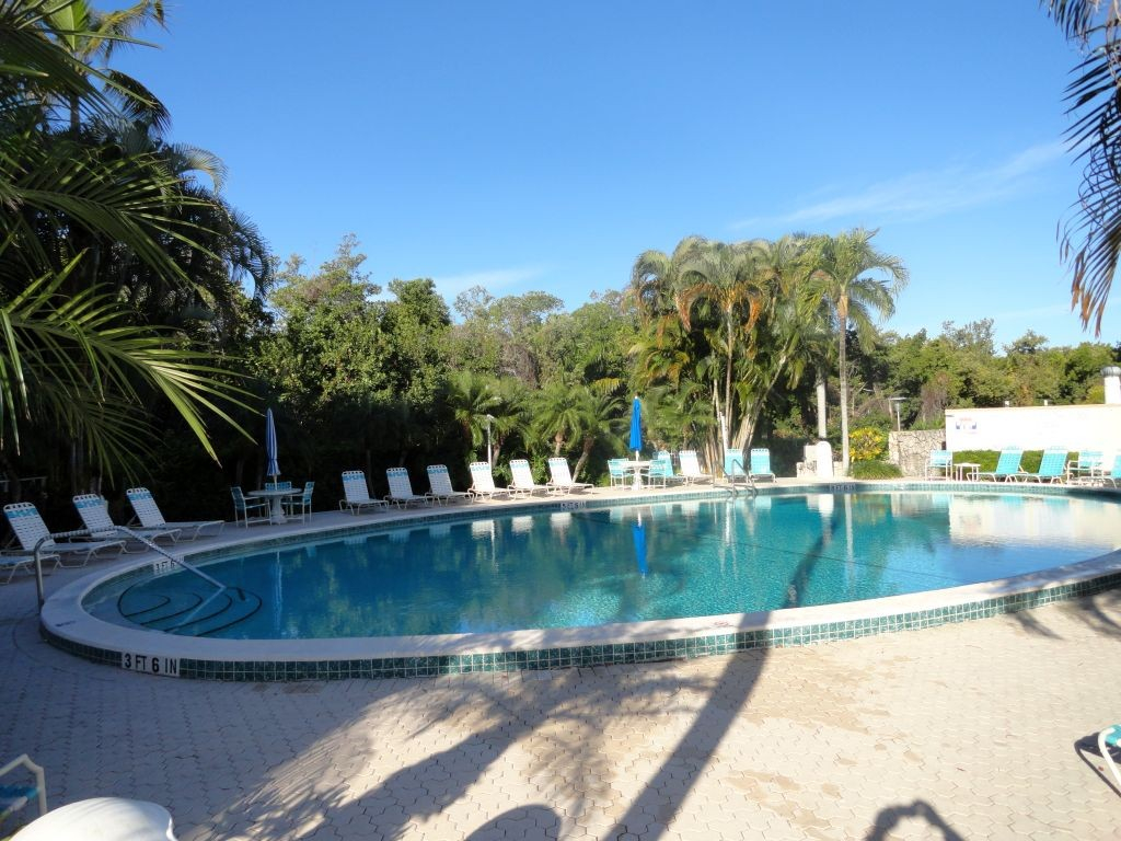 Heated pool with long chairs barbecue bathrooms and showers - CondoSouth